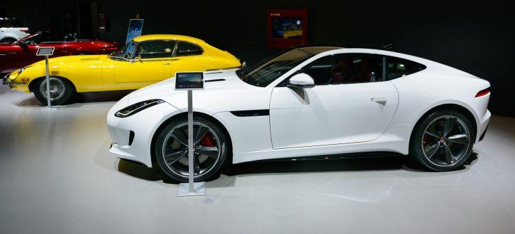En vit F-type och en gul E-type