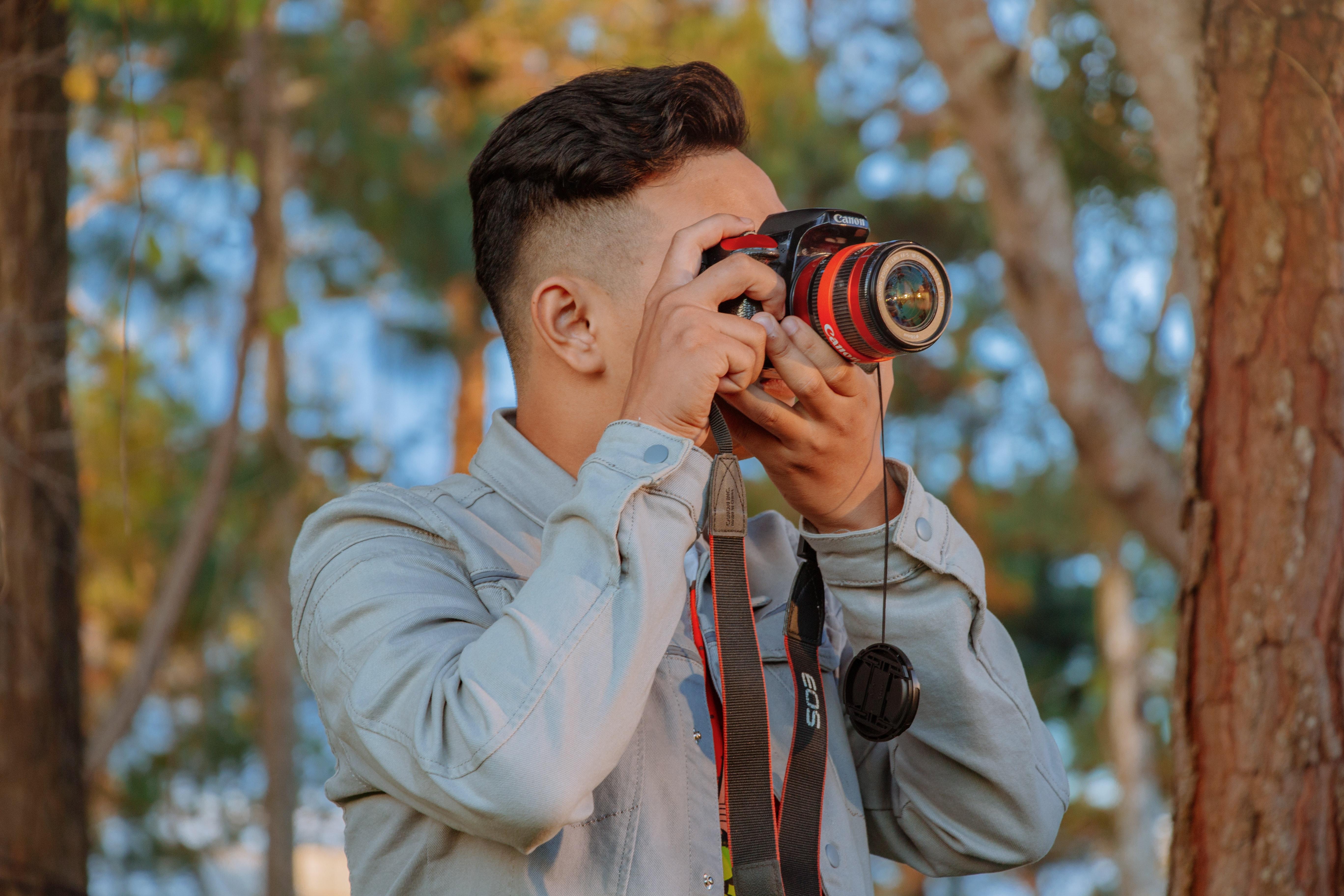 Man som fotograferar