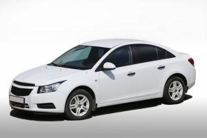 Nya däck på vit bil