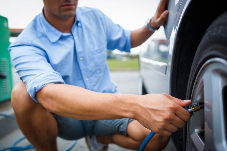 Man mäter lufttryket på bil