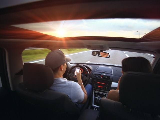 Förare och passagerare i bil